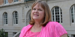 Nancy Sutherland receives the Distinguished Service to Advising Award