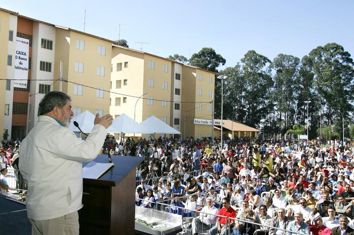 Former President Lula speaks to Bolsa Família recipients. Photo by Agencia Brasil.