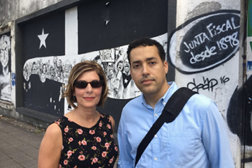 Investigative journalist Sharyl Attkisson and Prof. Alberto Martínez, in Santurce, PR. See full description below.