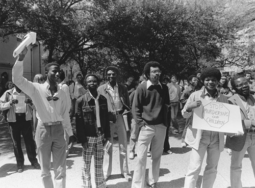Anti-apartheid protesters on the UT's South Mall asking University to divest financial holdings in South Africa, 1984, UT Texas Student Publications, Dolph Briscoe Center for American History