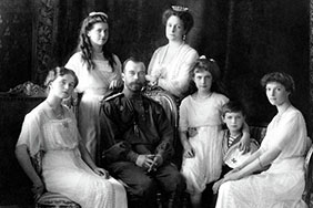 (From left) Olga, Maria, Nicholas II, Alexandra Fyodorovna, Anastasia, Alexei, and Tatiana. Livadiya, 1913. Portrait by the Levitsky Studio, Livadiya.